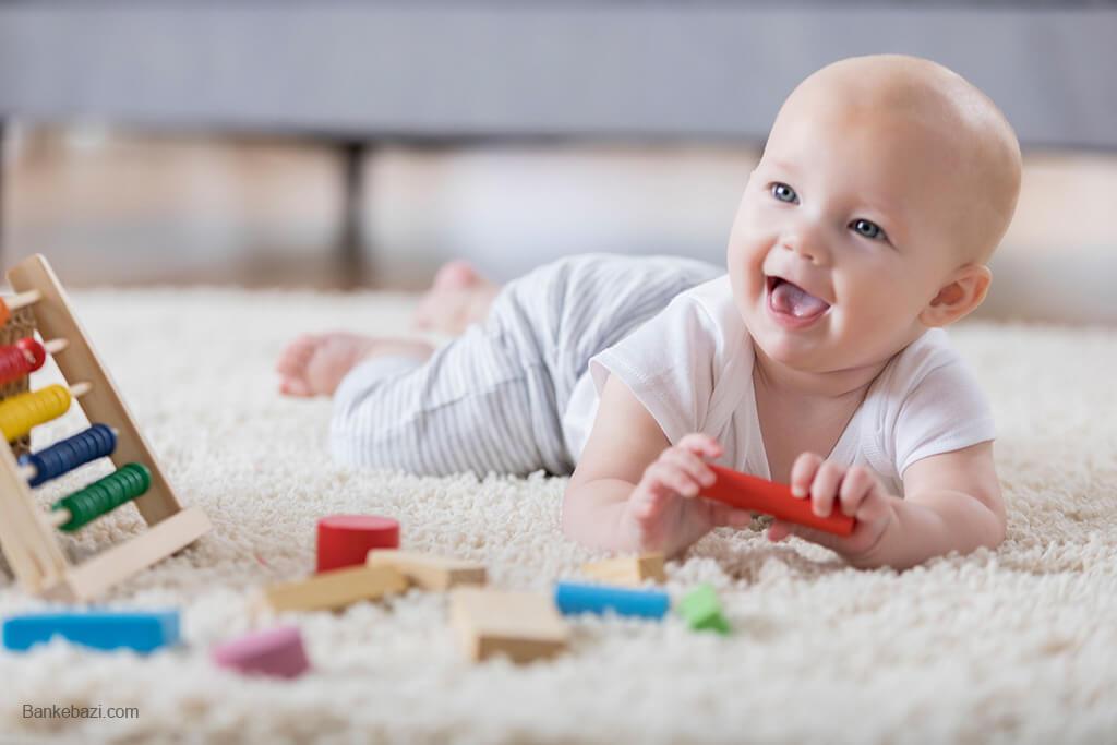بازی نوزاد با بلوک چوبی