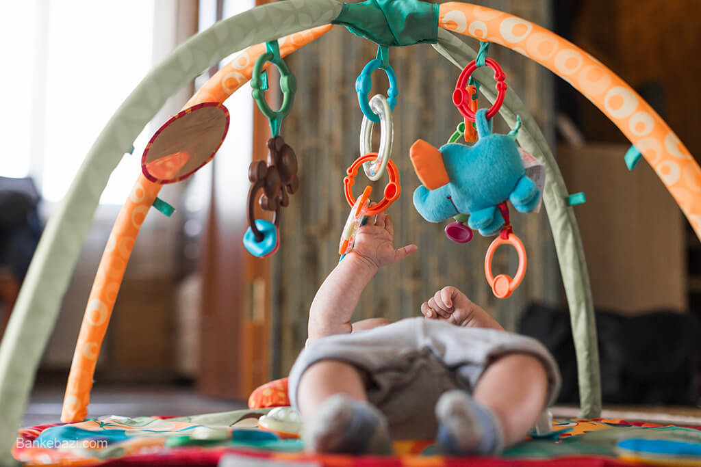 بازی نوزاد با تشک بازی