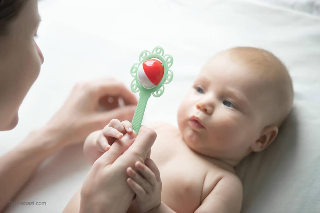 بازی با نوزاد به وسیله جغجغه