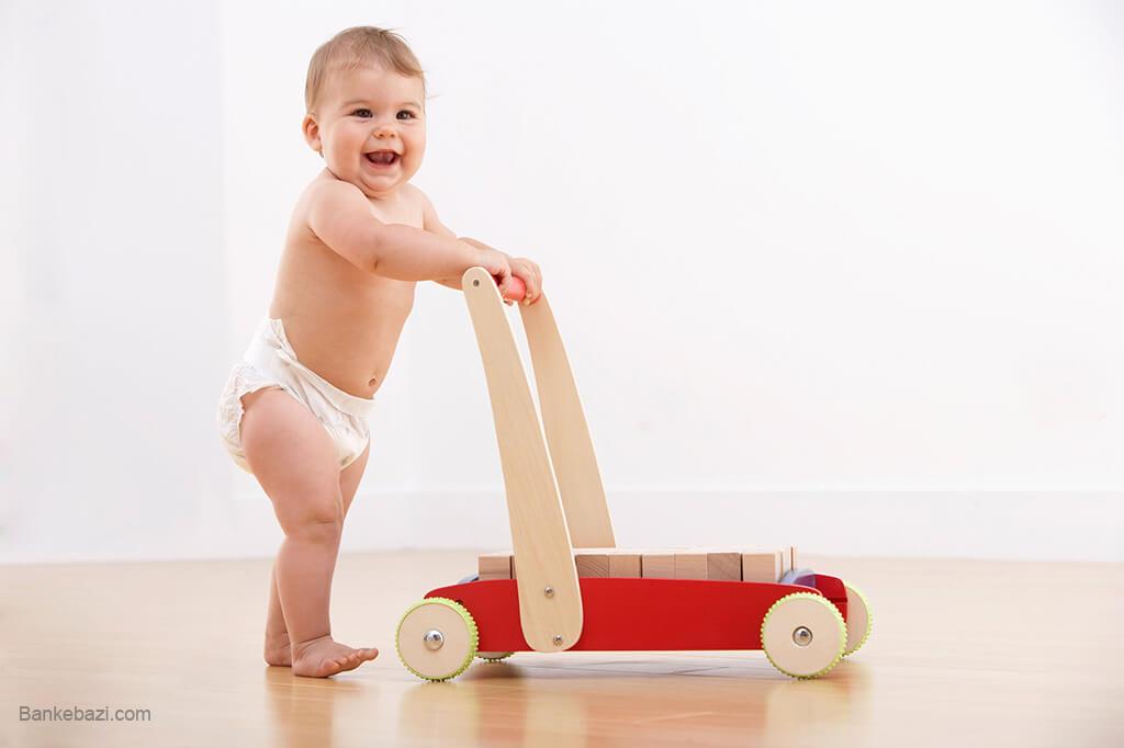 بازی نوزاد با واکر چوبی