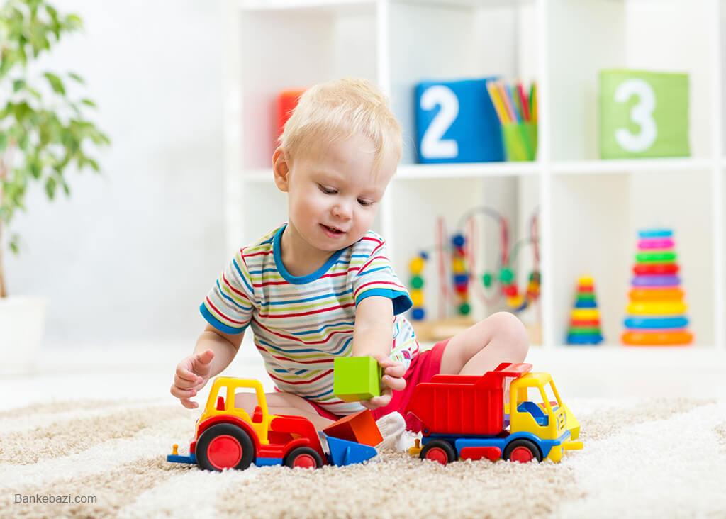 بازی نوزاد با ماشین اسباب بازی