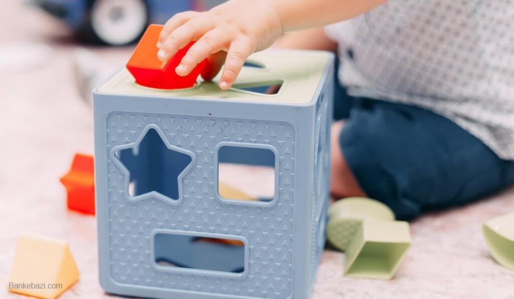 کودک دو ساله در حال بازی با پازل