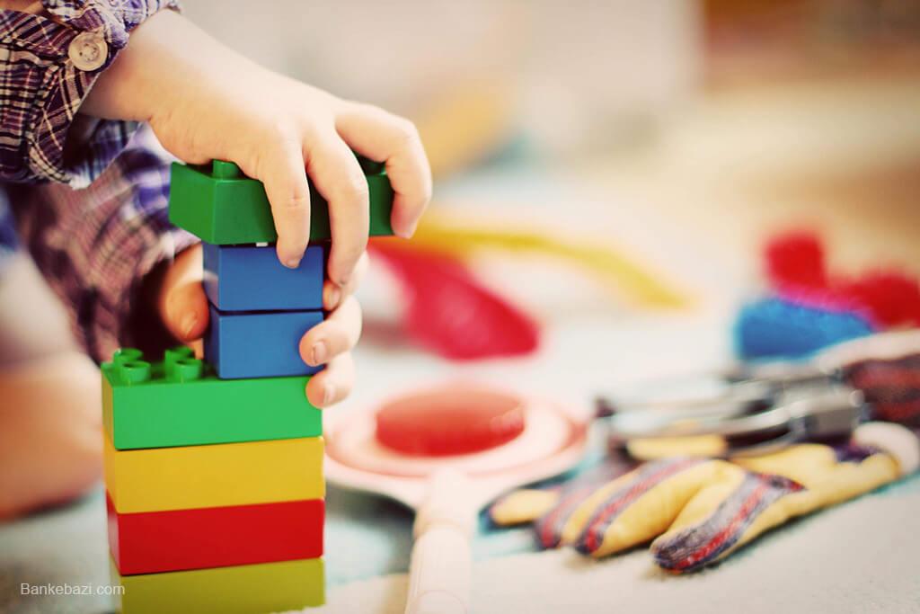 بازی کودک 2 ساله با آجره ها
