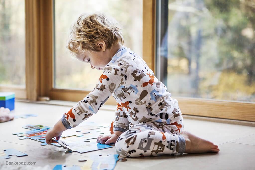 باززی کودک سه ساله با پازل