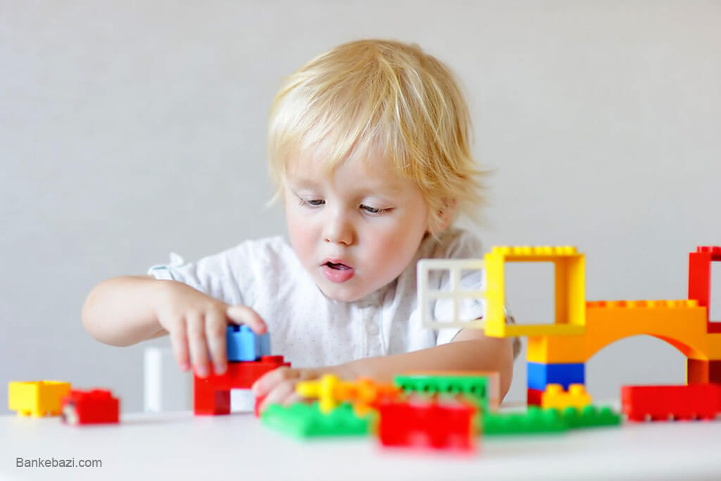 بازی کودک سه ساله با لگو