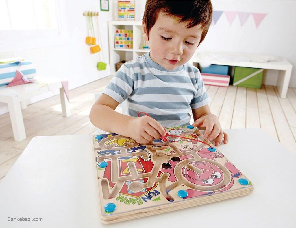 بازی کودک سه ساله با ماز