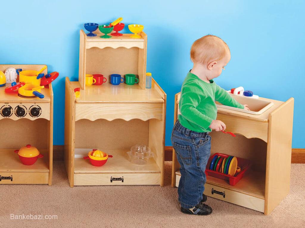 بازی کودک یک ساله با وسایل آشپزخانه