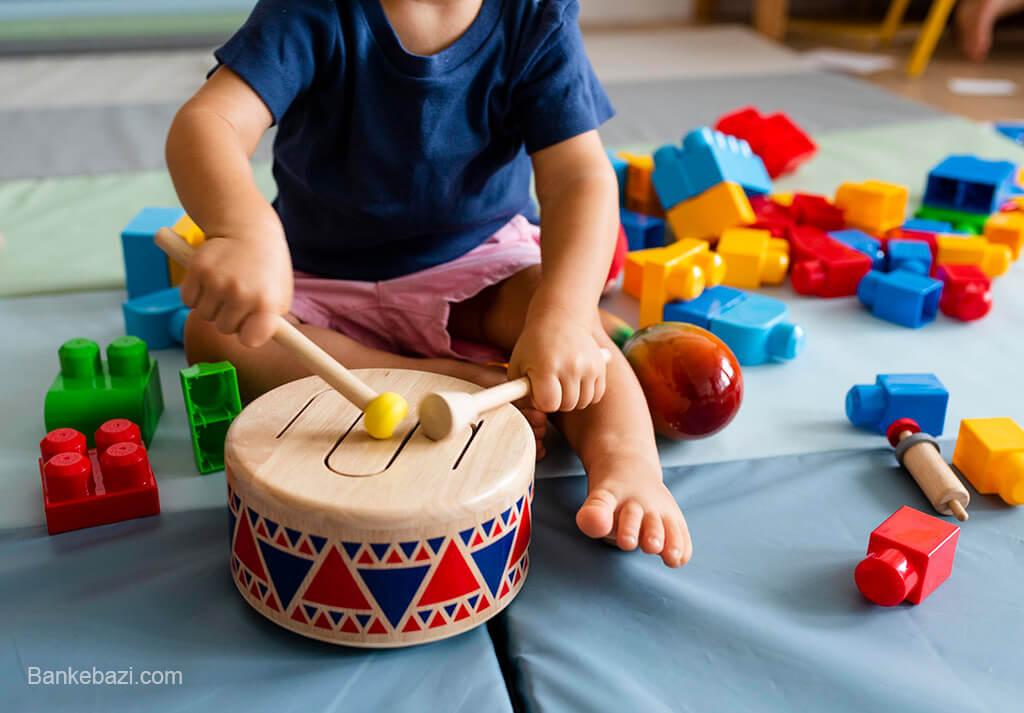 بازی کودک یک ساله با ابزار موسیقی
