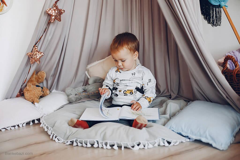 بازی کودک یک ساله در چادر بازی