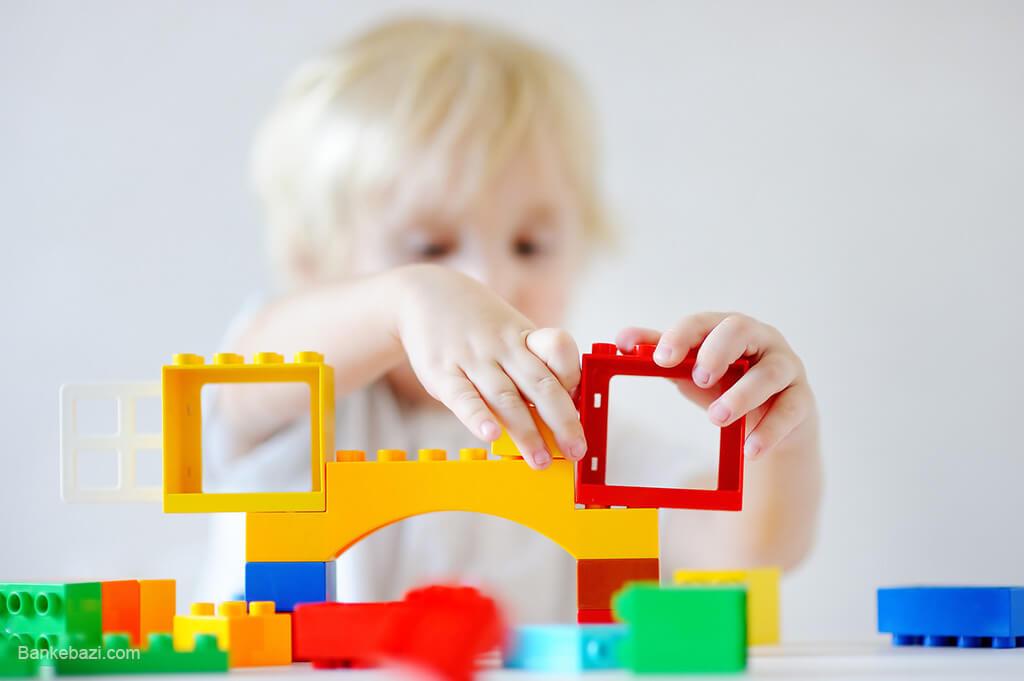 کودک در حال بازی با اسباب بازی خلاق