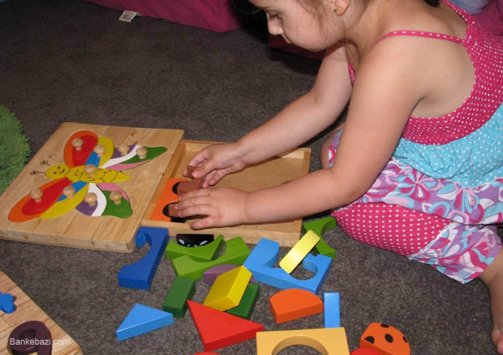 کودک چهار ساله در حال حل پازل