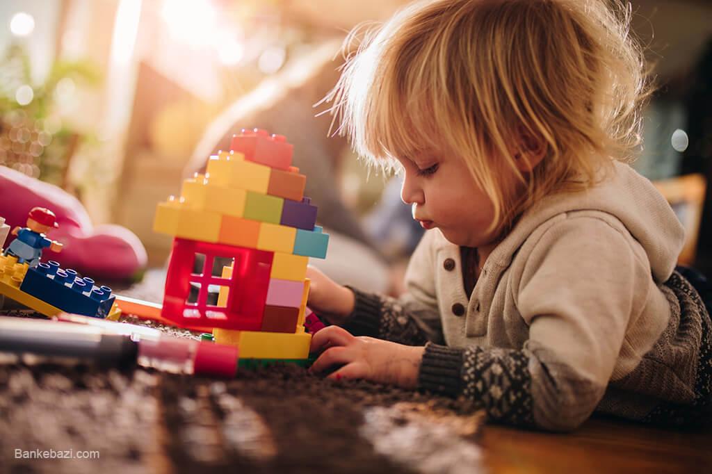 کودک در حال بازی به تنهایی