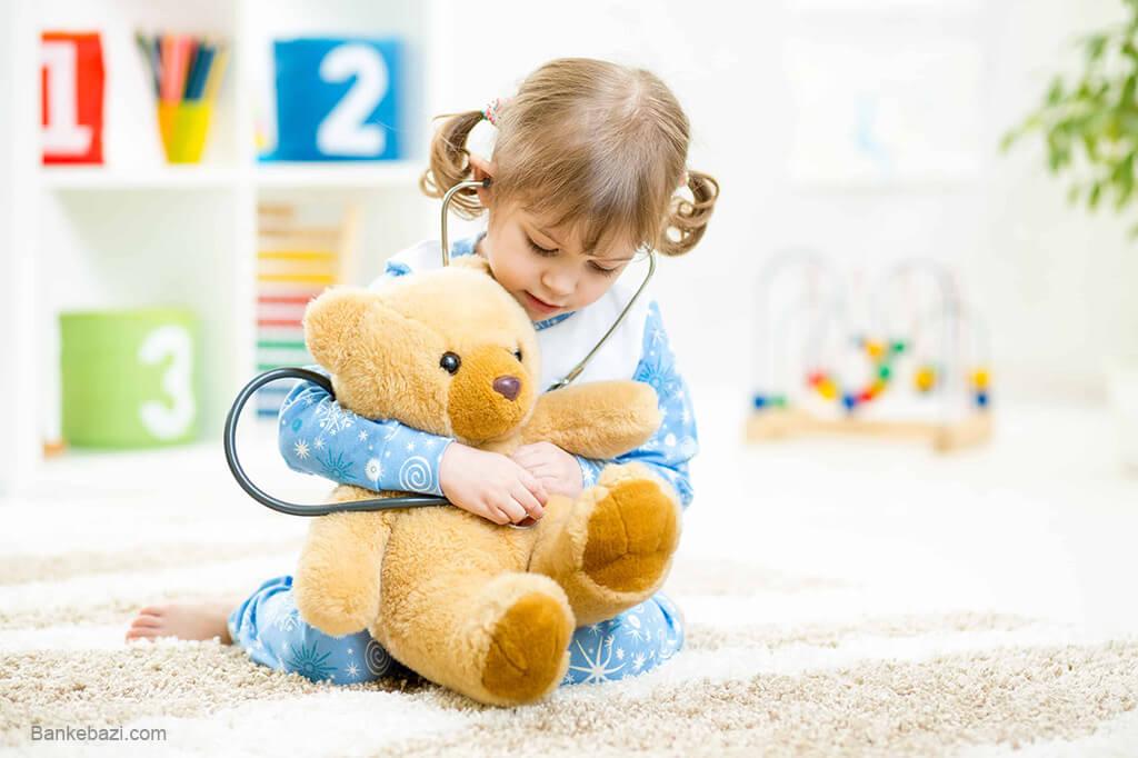 کودک در حال بازی با عروسک پولیشی